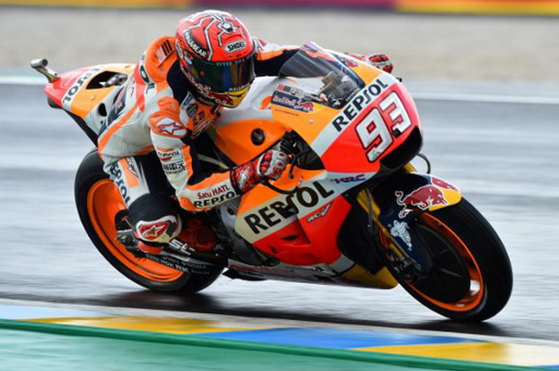 Spain's rider Marc Marquez competes on his Repsol Honda Team MOTOGP N°93 during a MotoGP free practice session ahead of the French Motorcycle Grand Prix, on May 19, 2017 in Le Mans, northwestern France. / AFP PHOTO / JEAN-FRANCOIS MONIER